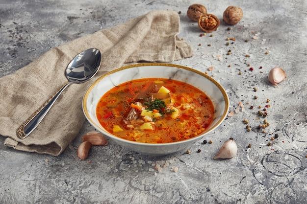 Kharcho tradizionale georgiano della zuppa nella ciotola di ceramica