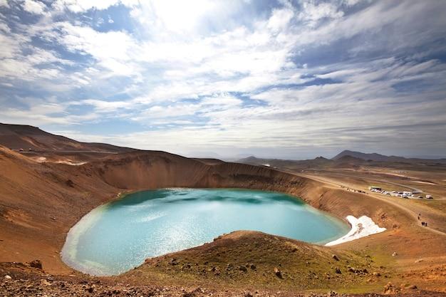 Lago del cratere geotermico vicino al vulcano askja, islanda