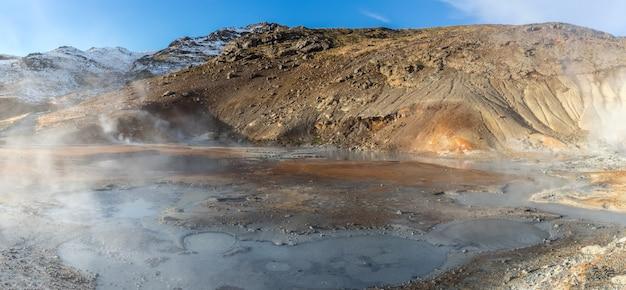 Paesaggio geotermico sulle terre islandesi