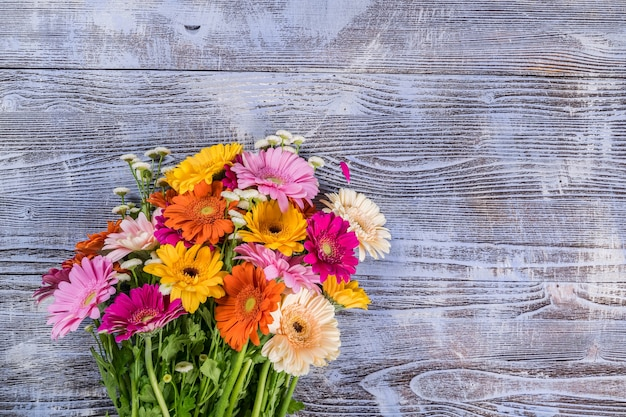 Gerbera fiori sulla parete rustica