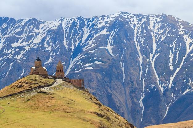 Gergeti chiesa della trinità tsminda sameba vicino al villaggio di gergeti nelle montagne caucasiche georgia