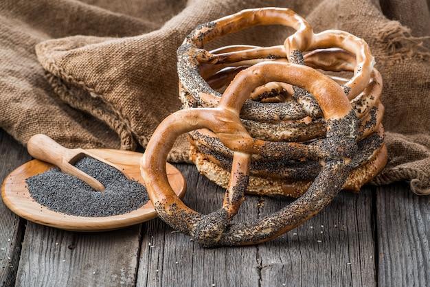 Ciambelline salate tedesche sulla tavola di legno. pane croccante di grano