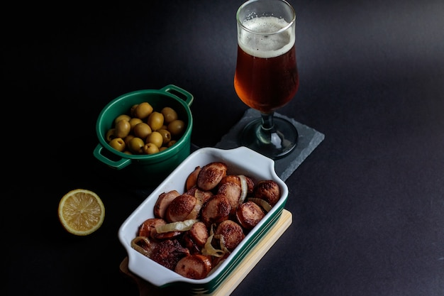 Salsiccia tedesca con olive e birra artigianale