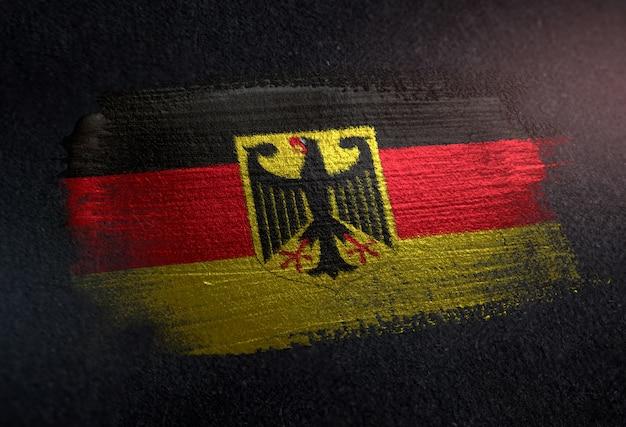 Bandiera della germania fatta di vernice spazzola metallica sulla parete scura del grunge
