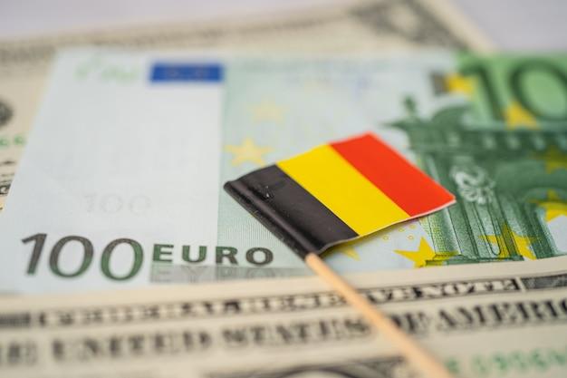 Bandiera della germania con banconote in euro e dollaro usa Foto Premium