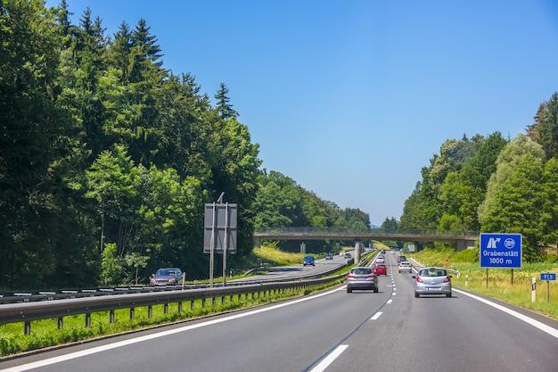 Germania. giorno d'estate. traffico automobilistico su un'autostrada suburbana