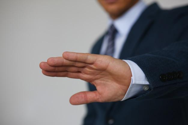 Gesto rifiuto mano maschile dice di no