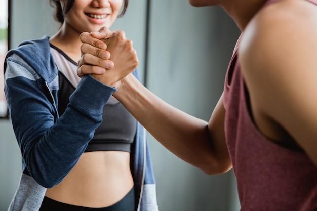 Il gesto dello sport stringe la mano in palestra