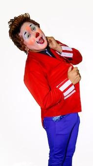 Gesti di un simpatico clown davanti alla telecamera e con uno sfondo bianco