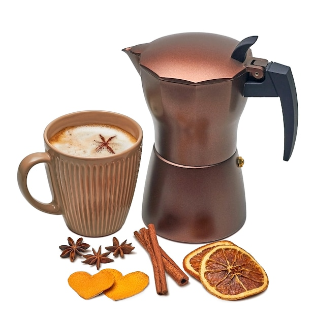 Caffettiera geyser e una tazza di caffè con spezie. anice stellato, cannella e cuori di buccia d'arancia