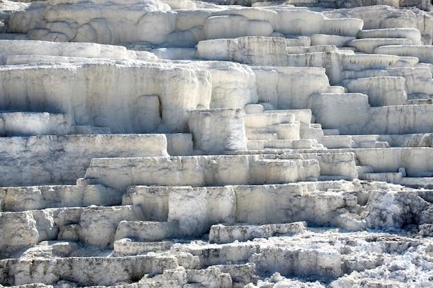 Geyser nel parco nazionale di yellowstone. incredibilmente bello geyser (sorgente calda) nel parco nazionale di yellowstone. colori sorprendenti. meraviglia del mondo. wyoming negli stati uniti
