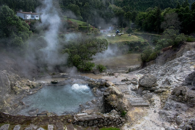 Geyser nella valle di furnas, isola di sao miguel, azzorre, portogallo.
