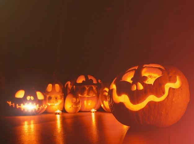 Zucche fantasma di halloween. leggi jack su sfondo scuro. decorazioni per interni per le vacanze.