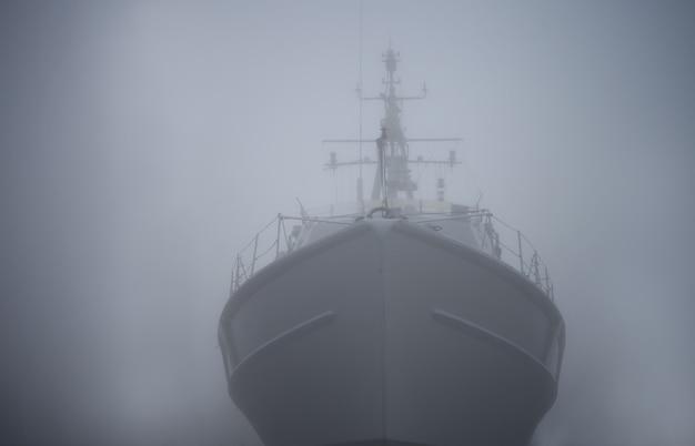Nave da guerra della nave fantasma nella nebbia o nella foschia come un pirata volante di un mistero di colore grigio olandese