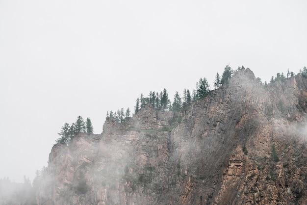Vista spettrale attraverso una fitta nebbia di bellissime montagne rocciose