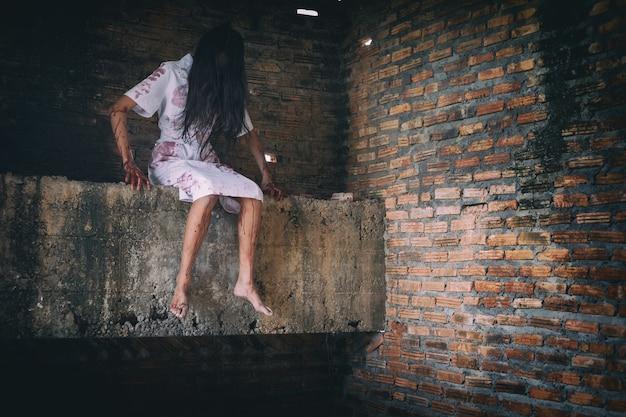 I fantasmi nell'edificio sono spaventosi sfondo di halloween.