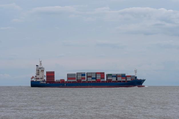 La nave gigante trasporta il contenitore di spedizione sul mare