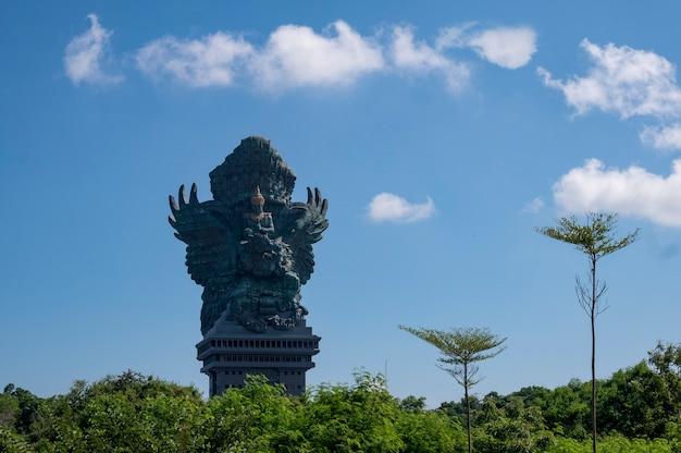 Statua gigante nel parco culturale garuda wisnu kencana gwk a bali indonesia