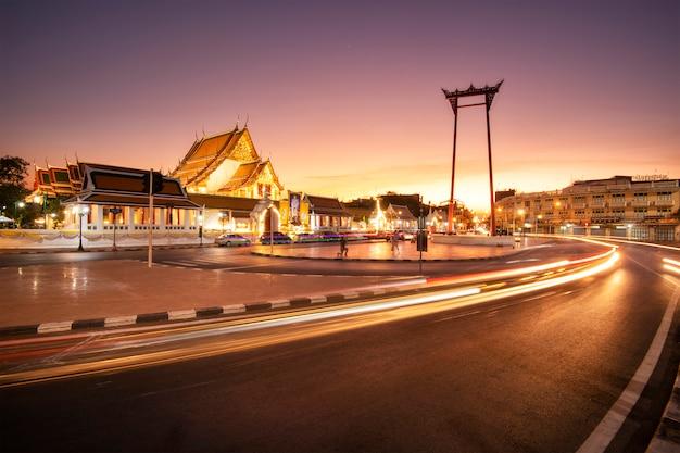 Altalena gigante a bangkok al crepuscolo, immagine a lunga esposizione del traffico.