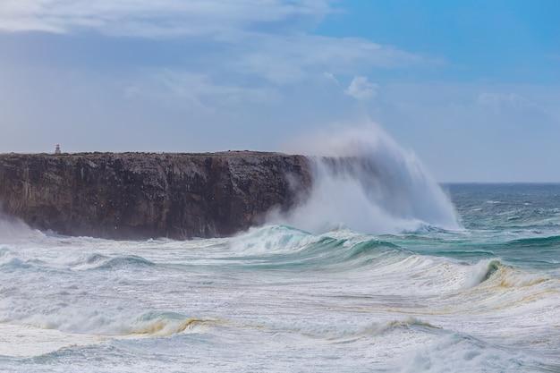 Onde giganti durante una tempesta a sagres, costa vicentina.