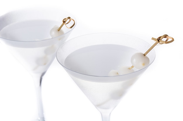 Gibson martini cocktail con cipolle isolato su sfondo bianco