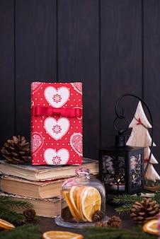 Regalo sullo sfondo delle decorazioni natalizie