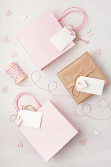Sacchetto regalo e scatola con tag vuoto