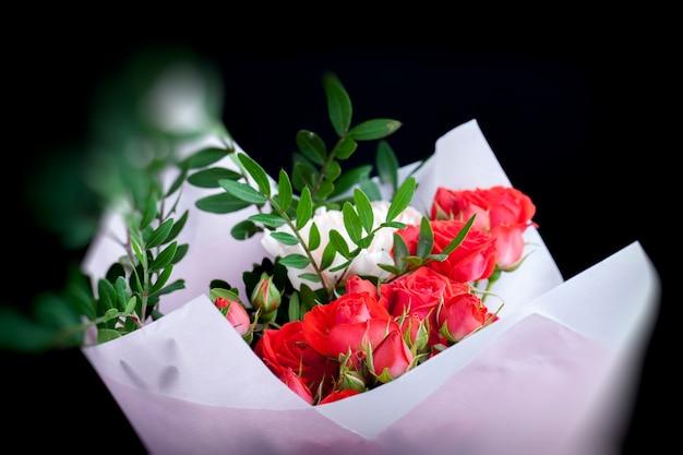 Bouquet regalo con rose rosse e garofani rosa, bellissimi fiori per un regalo