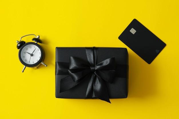 Confezione regalo, sveglia e carta gialla