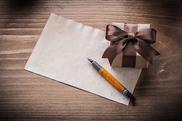 Confezione regalo penna stilografica in carta fiocco