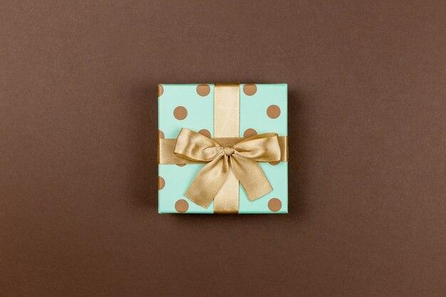 Confezione regalo su un marrone per evento festivo, mamma, san valentino, anniversario, natale, compleanno.