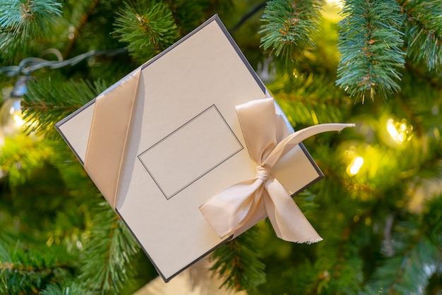 Confezione regalo per abete natalizio. posto per l'iscrizione