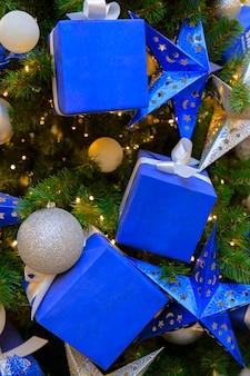 Pacco regalo. albero di natale