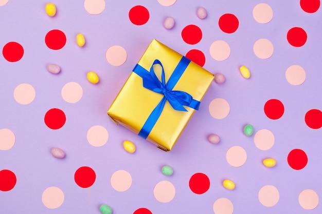 Confezione regalo su sfondo colorato vista dall'alto