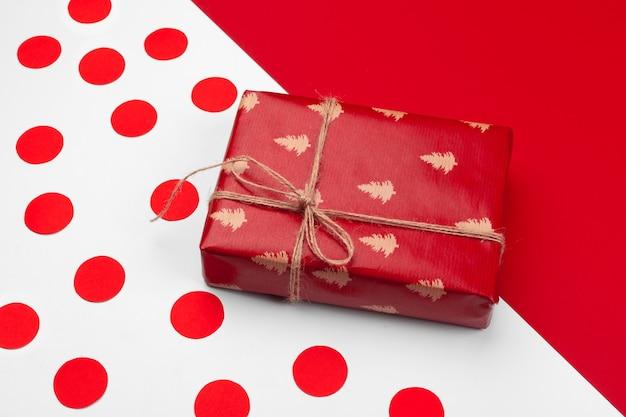 Confezione regalo su sfondo colorato