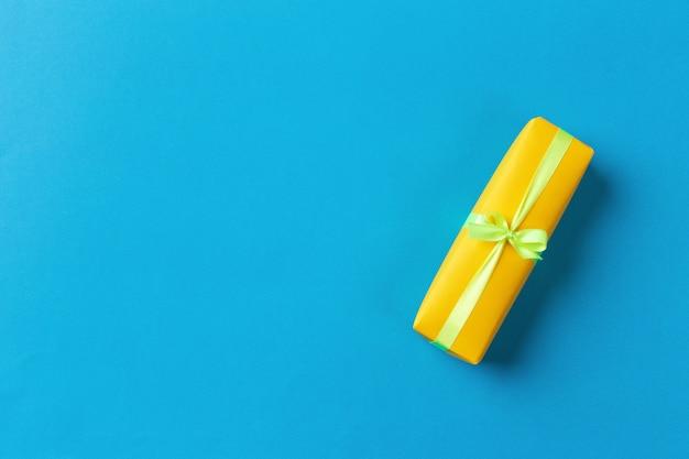 Confezione regalo sul colore di sfondo
