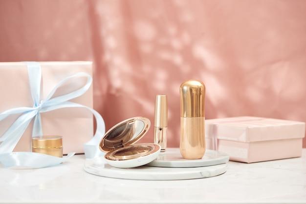 Confezione regalo decorata con nastro riempito di cosmetici