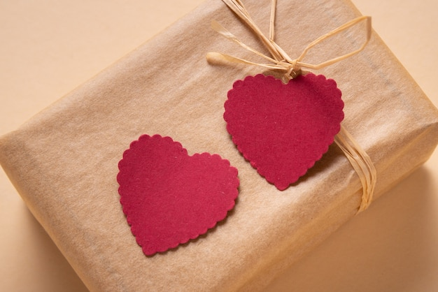 Confezione regalo decorata con due tag cuore di carta, regalo di san valentino
