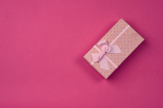 Confezione regalo su uno sfondo rosa copia spazio.
