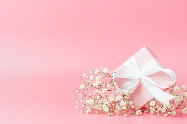 Confezione regalo in rosa con copyspace Foto Premium