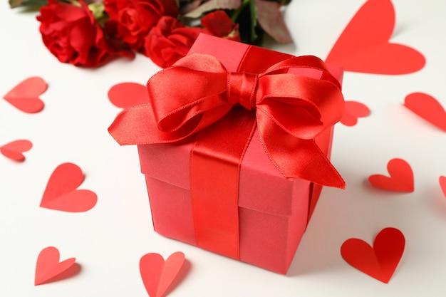 Confezione regalo, rose e cuori su sfondo bianco
