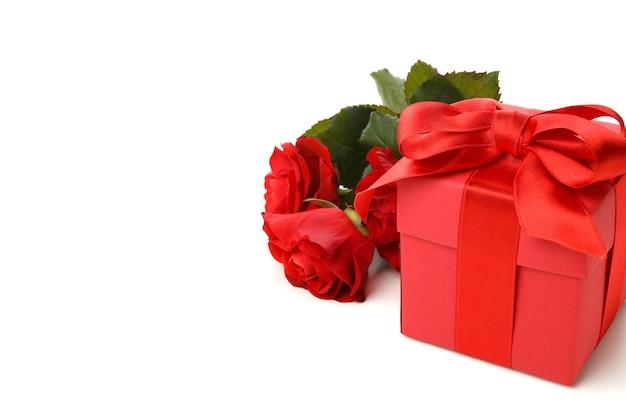 Confezione regalo e rose isolati su sfondo bianco