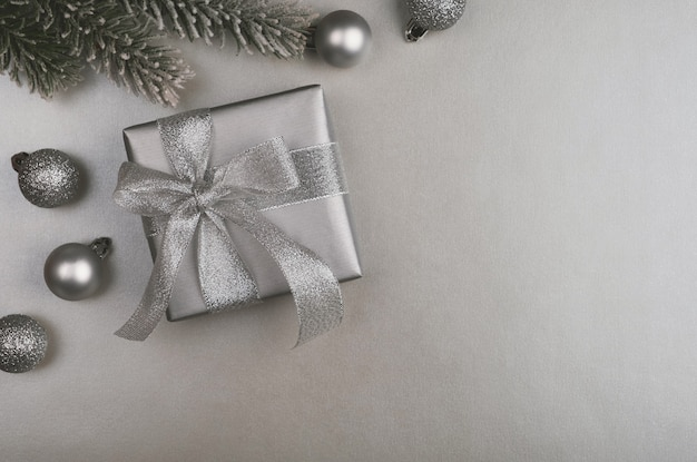 Confezione regalo su superficie argentata