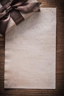 Confezione regalo su foglio di carta vintage