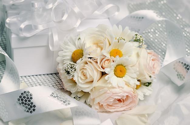 Confezione regalo con bellissimo bouquet di rose