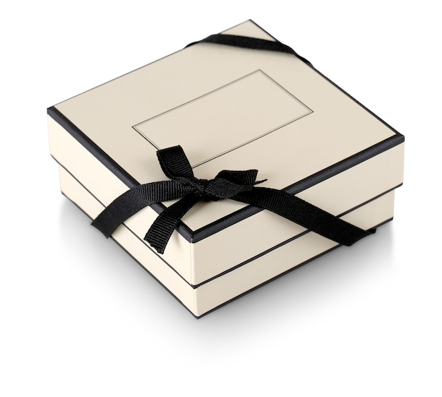 La confezione regalo con nastro nero isolato su bianco