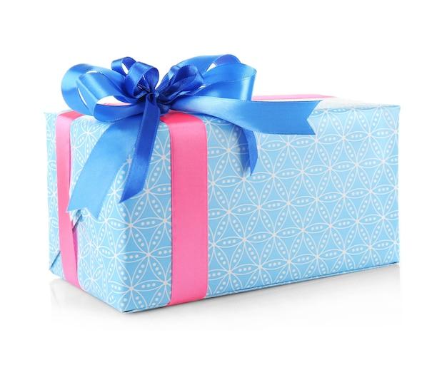 Confezione regalo con fiocco blu isolato su sfondo bianco