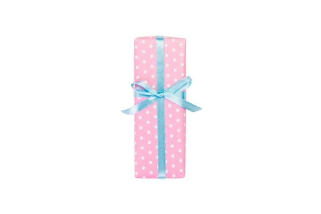 Confezione regalo con nastro blu su bianco. lay piatto