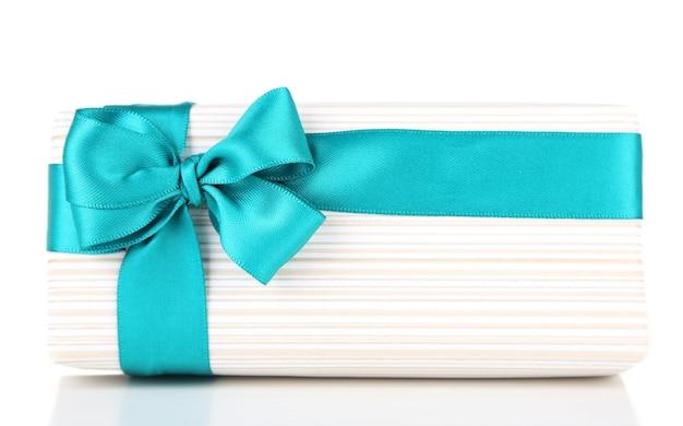 Confezione regalo con nastro colorato isolato su bianco