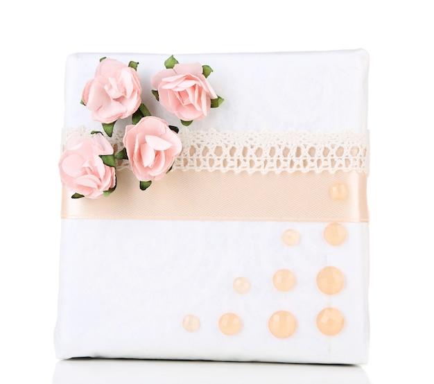 Confezione regalo con nastro colorato e fiori di carta isolati su bianco